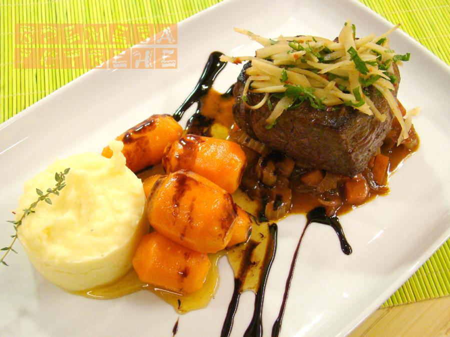 Телешко филе с маринован пащърнак ,  глазирани моркови   и бургундски сос