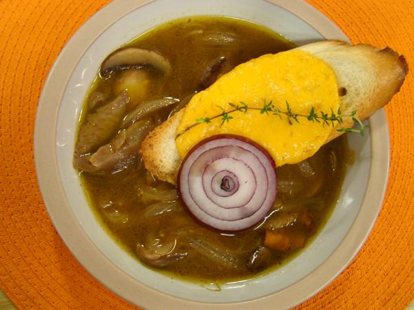 Супа от диви гъби и карамелизиран лук и крутони със сирене