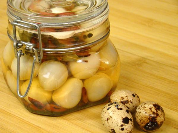 Мариновани пъдпъдъчи яйца с чили и билки