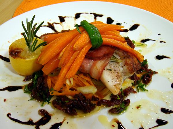 Рулца от риба и  бекон с печени моркови