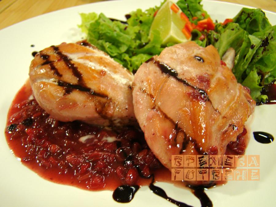 Пиле с червени боровинки