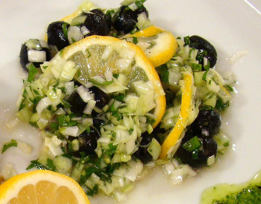 Салата с праз, лимон и маслини