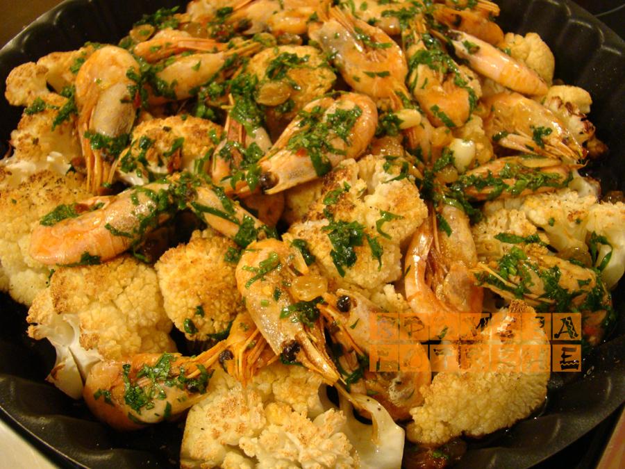 Печен карфиол с кралски скариди и стафиди