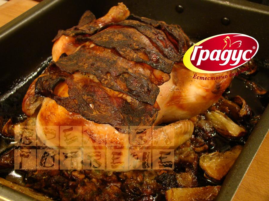 Печено пиле с бекон и орехов пълнеж