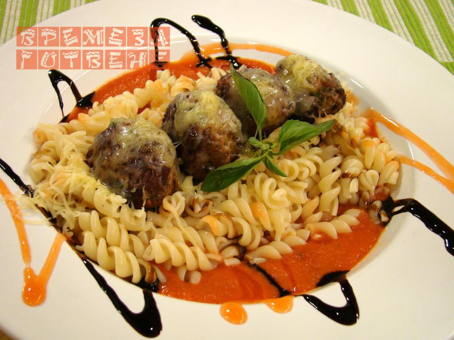 Кюфтета с плънка от гъби, паста и доматен сос