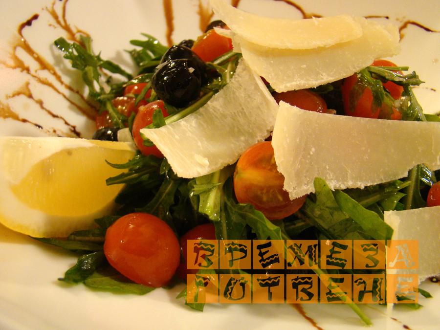 Салата с рукола, домати и маслини