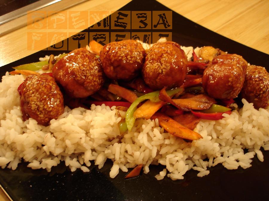 Сусамени кюфтенца върху ориз в сладко-кисел сос