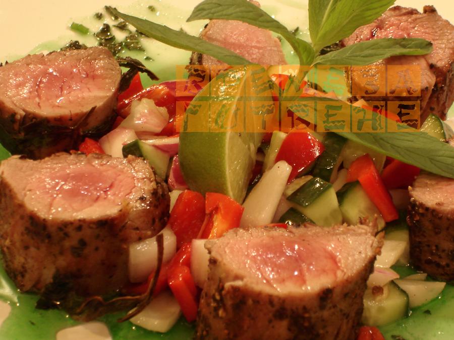 Свинско бонфиле с чушково конкасе и ментов сос