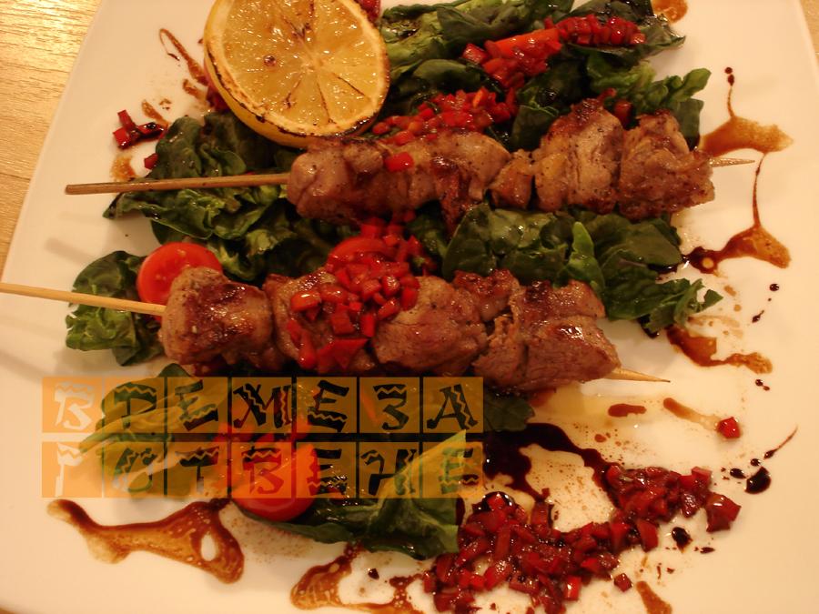 Агнешки шишчета с розмарин върху спаначена салата