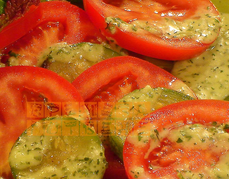 Топла салата от домати с тиквички и чеснов дресинг