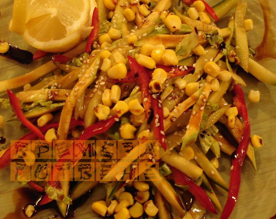 Азиатска салата с тиквички,царевица, краставици и сусам