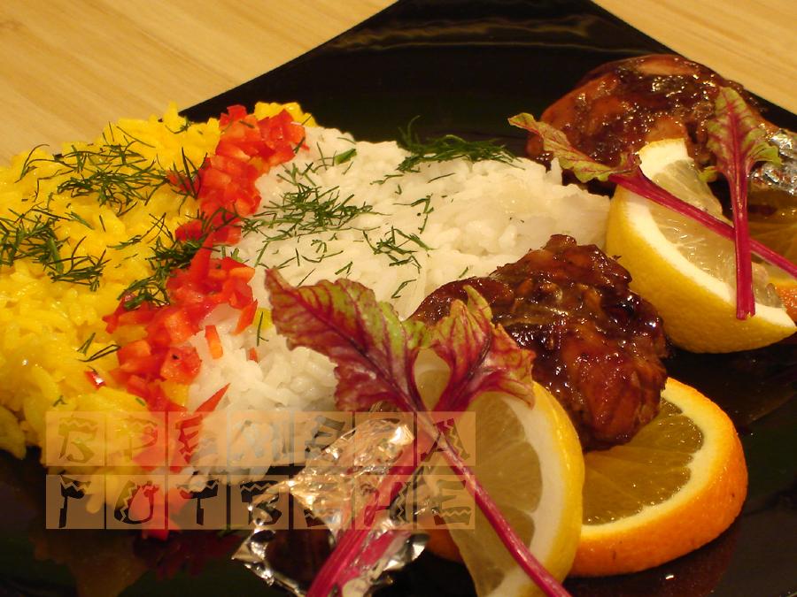 Чесново-соеви пилешки бутчета с двуцветен пилаф